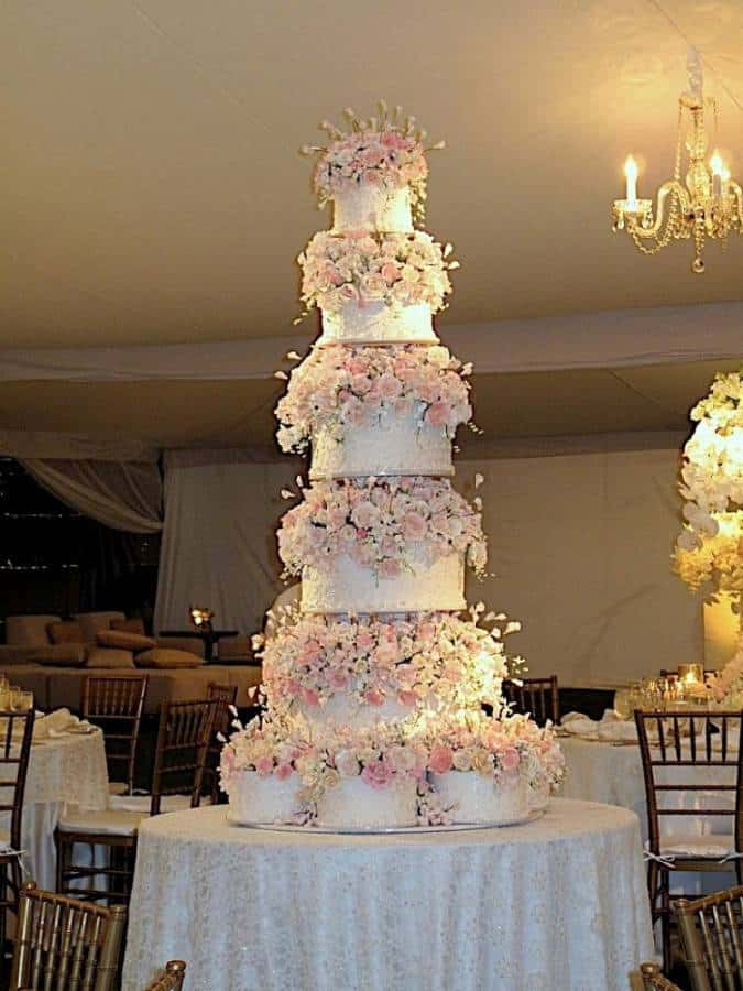 Big Wedding Cake Images : 5 Huge, Beautiful Wedding Cakes - The Inspired Bride