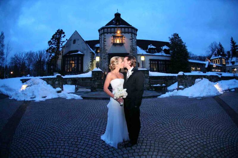13 Beautiful Snowy Wedding Pictures