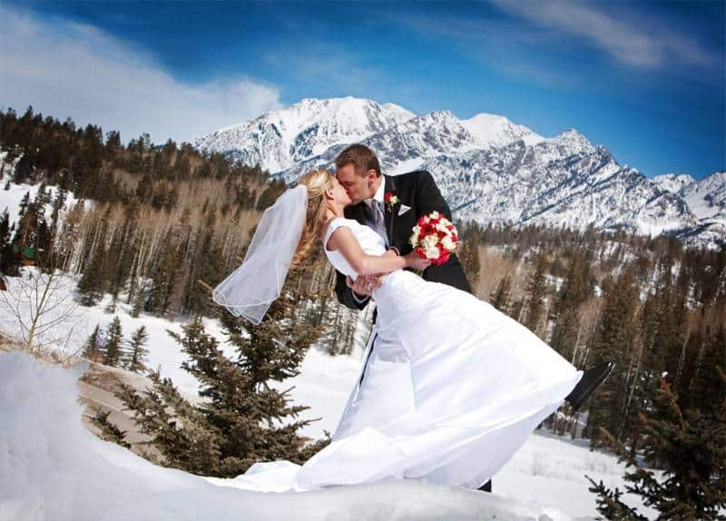 16 Beautiful Snowy Wedding Pictures