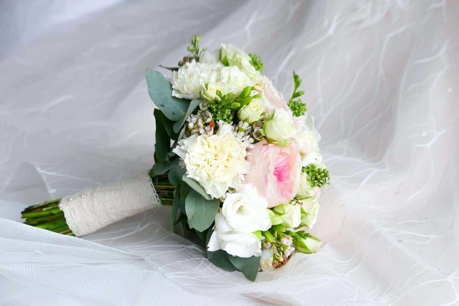 closeup photo of white and pink petaled flower bouquet